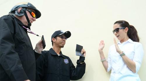 Полицейским запретили прикасаться к женщинам