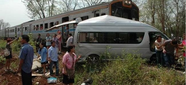 В Таиланде поезд врезался в маршрутку