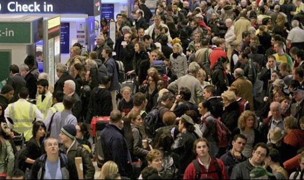 Лондон, толпа в аэропорту Хитроу
