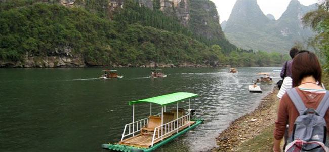 На юге Китая перевернулась лодка с экскурсантами: 15 спасли, одного не досчитались