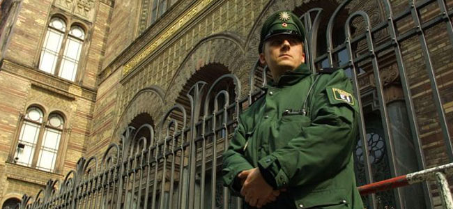 berlin-synagogue-guard