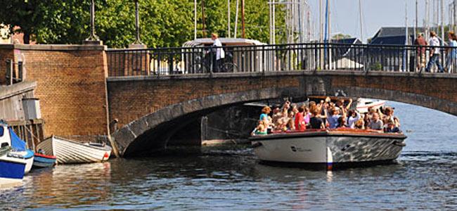 На катере туристы катаются, рядом в воде труп купается
