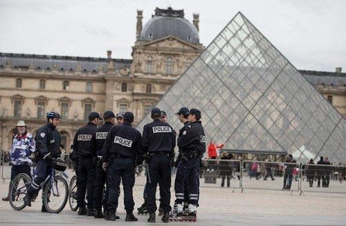 Воровство в Лувре всех достало