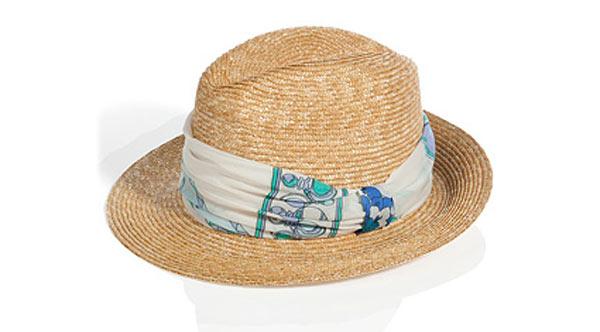 Соломенные шляпы выдают туристов