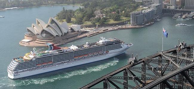Двоих пассажиров, выпавших за борт круизного судна в водах Австралии, прекратили искать