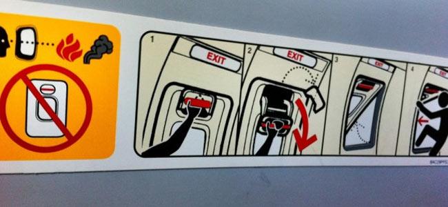 В небе над Аляской странный грузный пассажир пытался покинуть самолет через аварийный выход