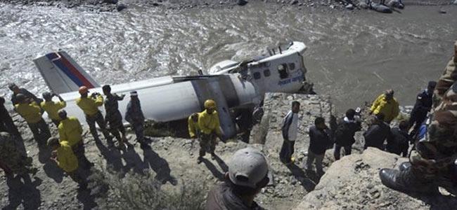 Самолет с туристами в Непале упал в горную реку. Два десятка человек несмертельно ранены