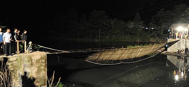 Двадцать четыре китайца на маевке упали в реку с висячего моста в Фенхуане