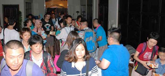 120 китайских туристов 9 часов дрейфовали у берегов Борнео на сломанном катамаране