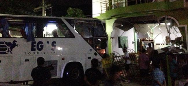 Автобус с русскими туристами в Таиланде разрушил стену частного дома. Пятеро ранены