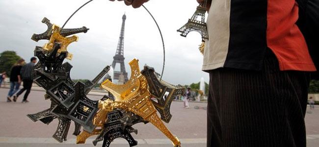 Парижская полиция изъяла 60 тонн эйфелевых башен — в виде «левых» сувениров