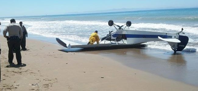 В Калифорнии самолет с рекламным баннером приземлился на пляже вверх колесами