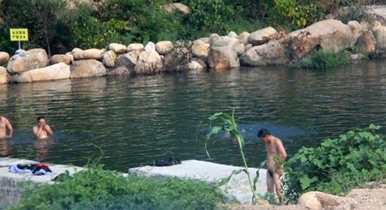 Китайские полицейские купаются