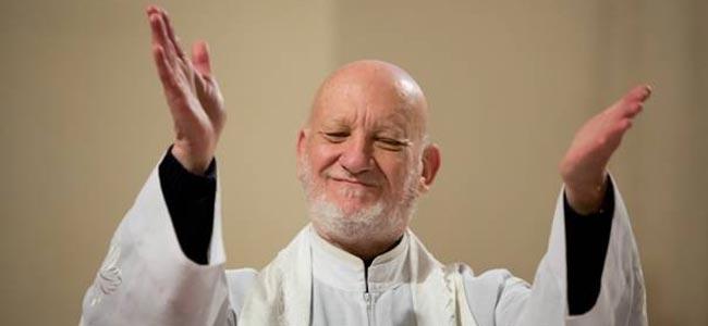 Слепоглухого священника впервые за годы не пустили в небо без сопровождения