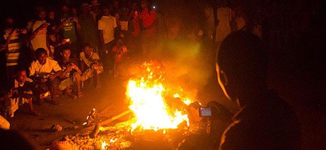 На Мадагаскаре толпа убила и сожгла двух туристов из Европы