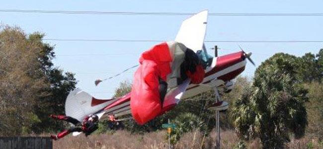 Самолет борется с парапланом