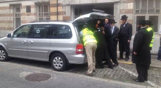Погрузка жертв расстрела в Еврейском музее в катафалк