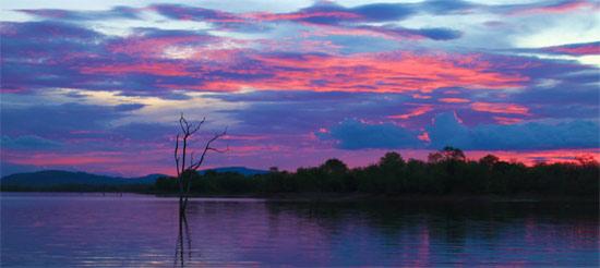 Закат на озере с крокодилами