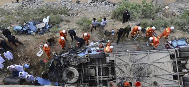 В Тибете автобус с 50 туристами свалился в ущелье. Сорок четыре человека погибло