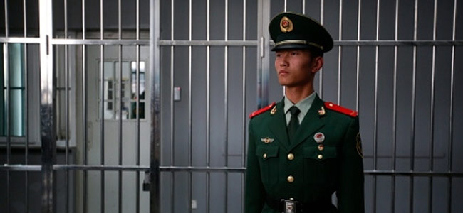 chinese-jail-guard