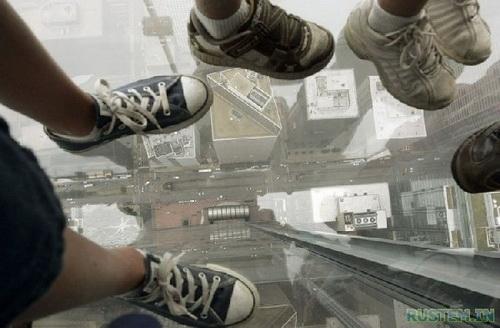 Туристы испытали страшные ощущения после инцидента на  смотровой площадке небоскреба