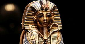 Сотрудники музея сломали маску египетского фараона