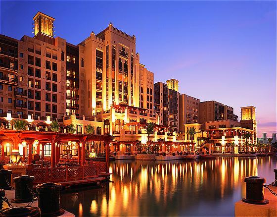 Отели в Дубаи дарят постоялицам модные туфли