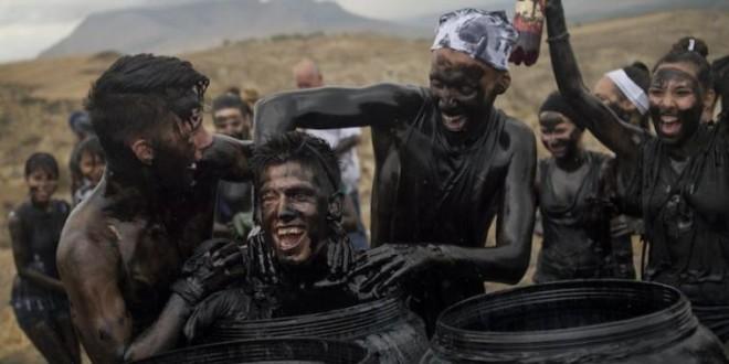 Фестиваль грязных людей прошел в Испании