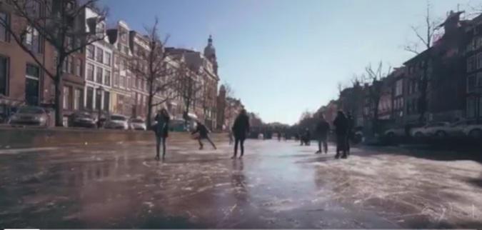 Жители и гости Амстердама встали на коньки